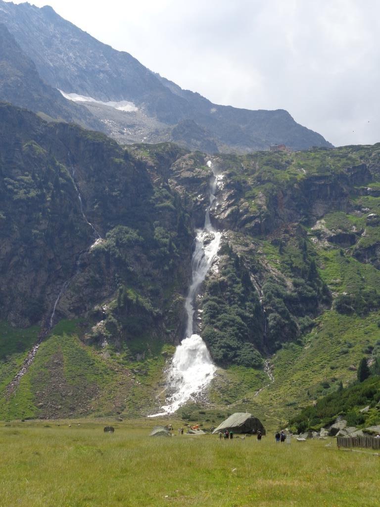 Rückblick auf Sulzenauer Hütte mit Wasserfall