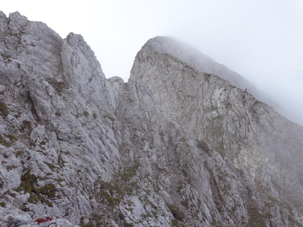Blick auf den Gipfel - Kreuz noch im Nebel