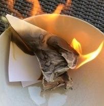 Sorgen aufschreiben und verbrennen wirkt befreiend und bringt aktiviert Lösungen