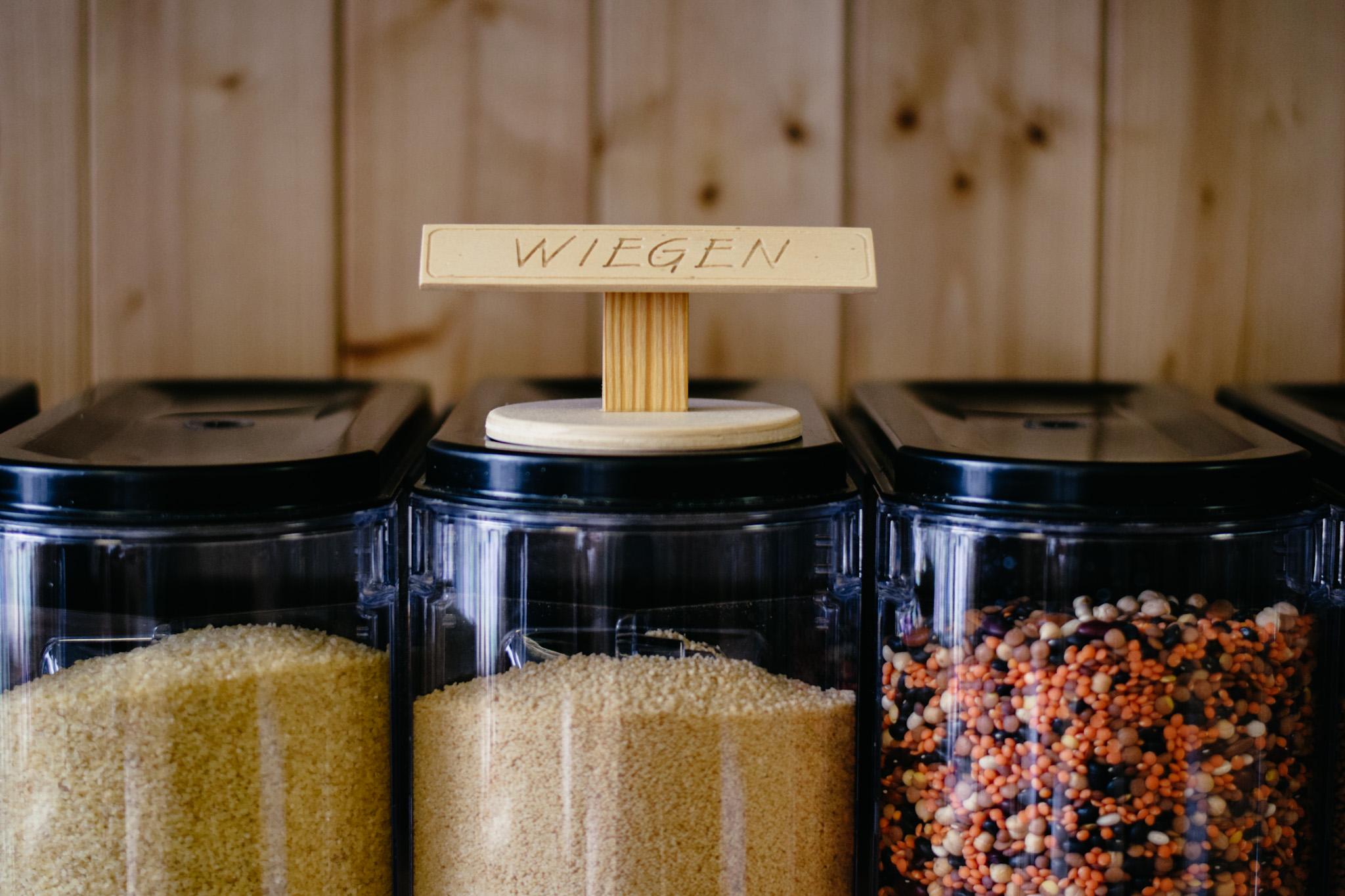 Wiege das Leergewicht deines Behältnisses auf unserer Kundenwaage. Schreibe das Gewicht mit einem Stift auf das Glas.