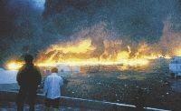 一面に炎が広がった気仙沼湾(2011年3月11日午後5時56分、宮城県気仙沼市潮見町で)