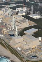 浜岡原発。(手前から)5号機、4号機、3号機=静岡県御前崎市で2011年2月、本社ヘリから西本勝撮影