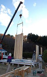 【写真=建設が進む盛岡市の「エコハウス」。ボランティアや地元住民の交流の場としての活用が期待される=21日、山田町船越】