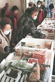 手作りの総菜や弁当を買い求める主婦たち