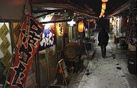 プレハブ店舗が並ぶ「復興屋台村 気仙沼横丁」(1月31日、気仙沼市で)=三輪洋子撮影