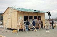 木造仮設住宅を組み立てるNPOのメンバーら(昨年10月、岩手県宮古市神林で)
