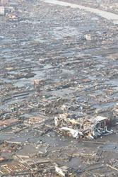 津波で壊滅的被害を受けた宮城県名取市の住宅地=宮城県名取市で3月12日午前7時33分、本社ヘリから佐々木順一撮影