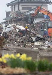 仙台市の宅地内がれき撤去作業=仙台市若林区で2011年4月22日、尾籠章裕撮影