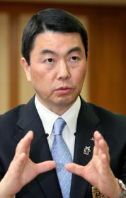 震災から1年を前に「宮城の復興を成し遂げる」と決意を語る村井知事