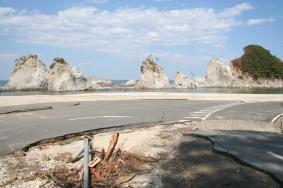 陸中海岸国立公園の名所の一つ、浄土ケ浜も震災で大きな被害を受けた=18日、宮古市