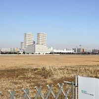 震災の影響で着工が保留されているマンションなどの建設予定地(28日、浦安市明海で)