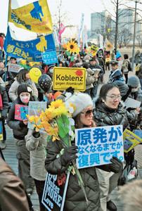 脱原発を訴えデモ行進する参加者ら=14日午後、横浜市神奈川区で(川柳晶寛撮影)