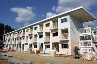 完成直前の3階建て仮設住宅。色が塗られた部分がコンテナ(10月27日、宮城県女川町)
