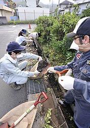 側溝の泥を取り除いたり雑草を取ったほか、通学路の洗浄などに汗を流した渡利地区の除染作業