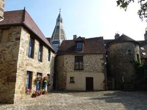Domfront en Poiraie, cour Marie-du-Rocher