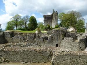 Domfront en Poiraie, site du château, courtine à gaine