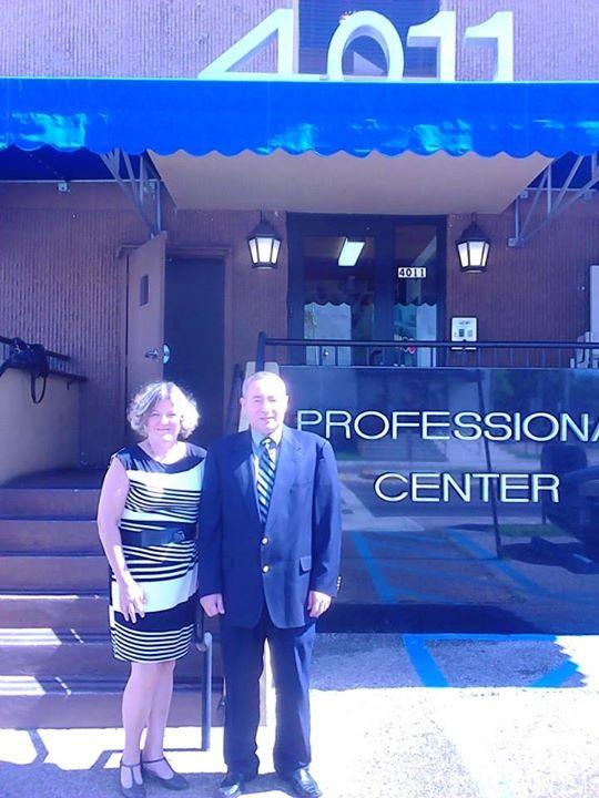 Ojeda con Cristy, presidenta de Censenat Multiservices Corp. en lel edificio donde estuvo el último local de una Filial de Ojeda Corp.