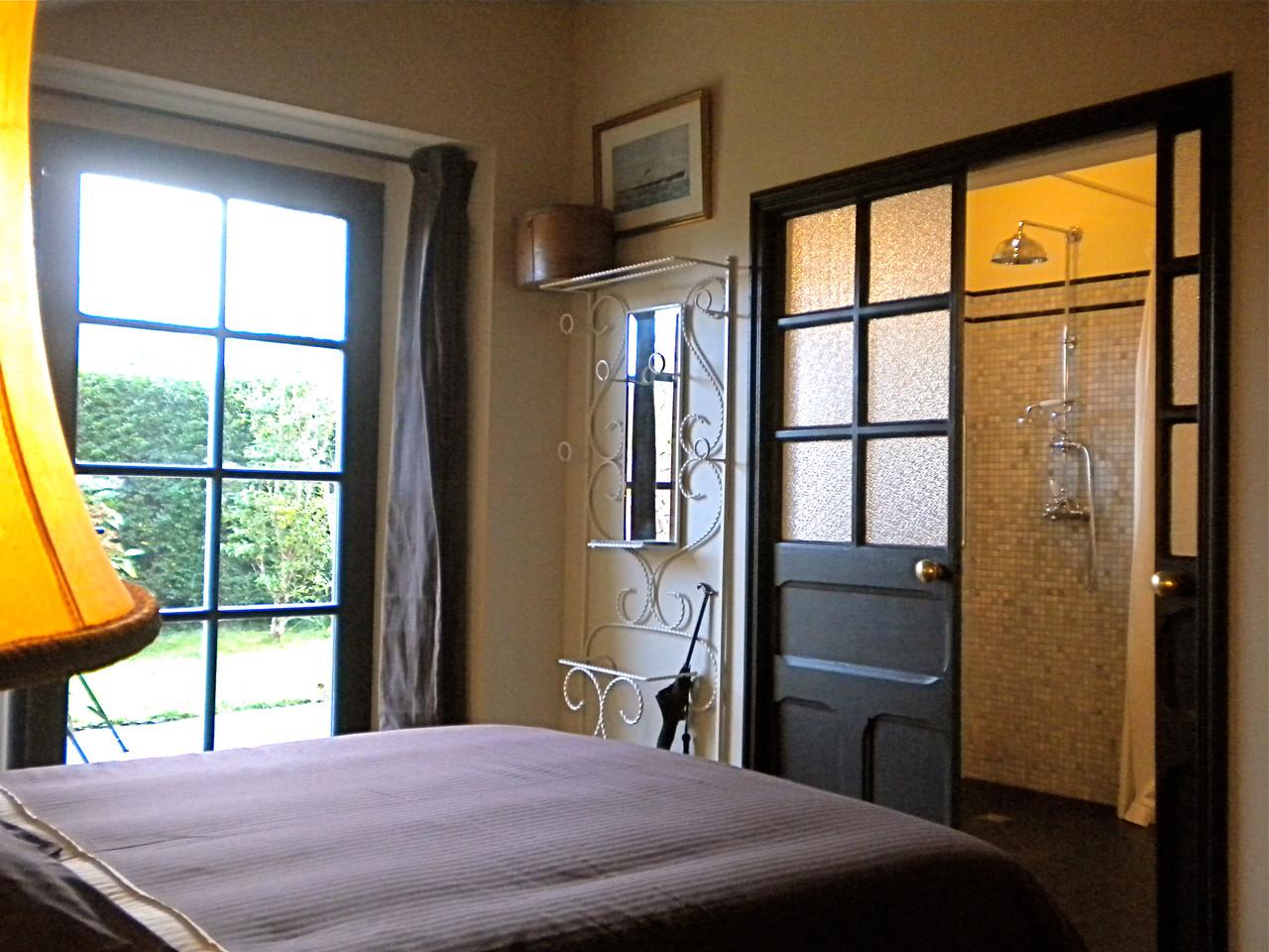 La chambre et la salle de bain des voyageurs