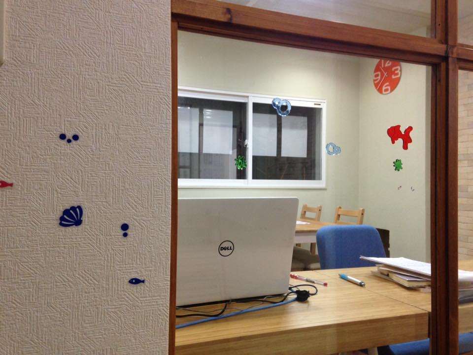 入って左には事務室。教室長はここにいます。