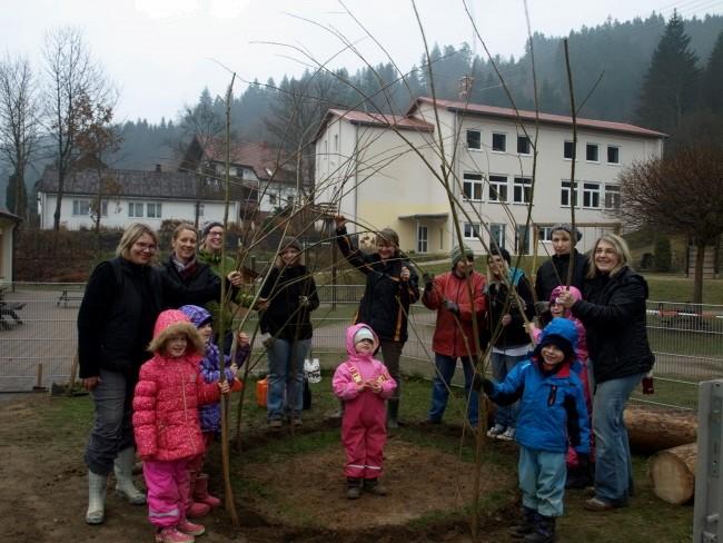 Viele fleißige Hände beim Iglu-Bau im Krippenbereich des Kindergartens Steinwiesen.