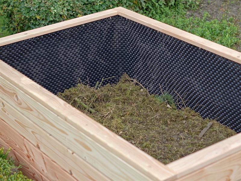 Hochbeet Befüllung - 2. Schicht: Umgedrehter Rasenboden, Häckselgut, Laub, Pflanzenreste etc.