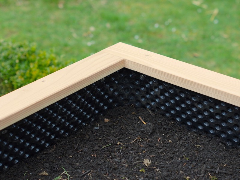 Hochbeet Befüllung - 4. Schicht: Gartenerde mit reifem Kompost oder mit Pflanzerde aus dem Gartencenter mischen