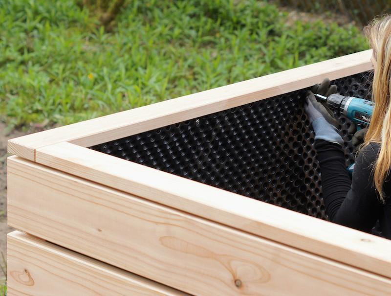 Montage Hochbeet aus Holz - Umlaufend von innen an den Wänden verschrauben - Oberkante Folie = Unterkante Rahmen