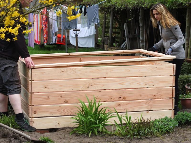 Montage Hochbeet aus Holz - Rahmen nach Anleitung verschrauben und auflegen