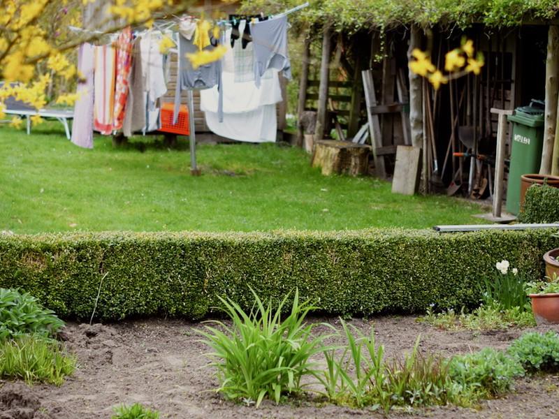 Die Hochbeet - Befüllung braucht Erdkontakt. Falls Sie es auf dem Rasen aufstellen, stechen Sie die Grasnarbe einfach aus, Sie können sie für die Befüllung verwenden