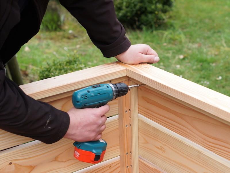 Montage Hochbeet aus Holz - Rahmen mit Hochbeet verschrauben