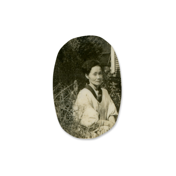 切り取られた極小サイズの写真(白黒プリント  2.4×1.6cm)
