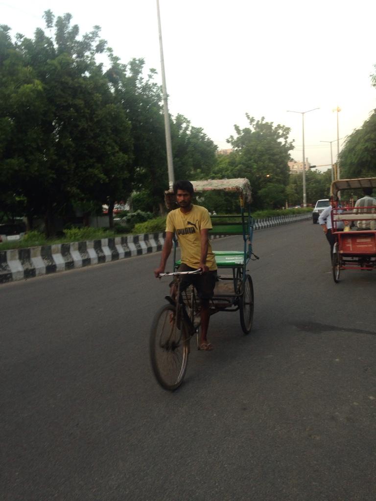 Auch Fahrradrikschas gehören ins Straßenbild. Die armen Fahrer - bei dieser Hitze fahren sie ihre Kundschaft umher