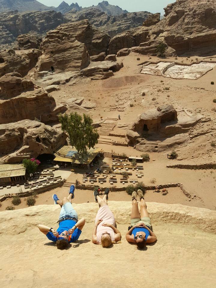 """""""Climbing forbidden""""... Mit einem einheimischen Beduinen geht das trotzdem. Auf der Spitze von Ad-Deir, auf das Café blickend, von dem das letzte Foto aufgenommen wurde."""
