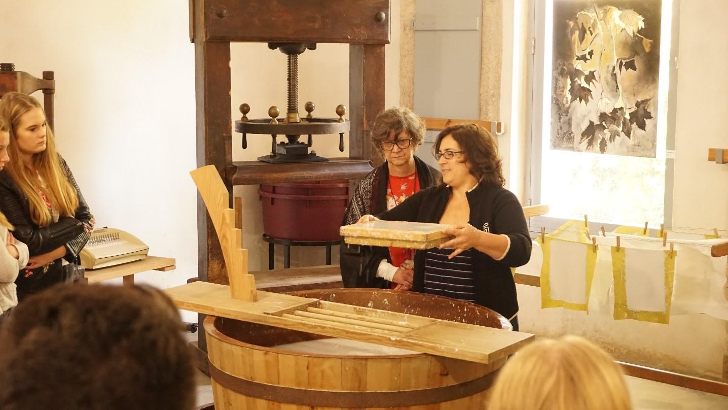 Tag 2: In einer Papiermühle in Leiria lernten wir, wie man früher Papier herstellte.