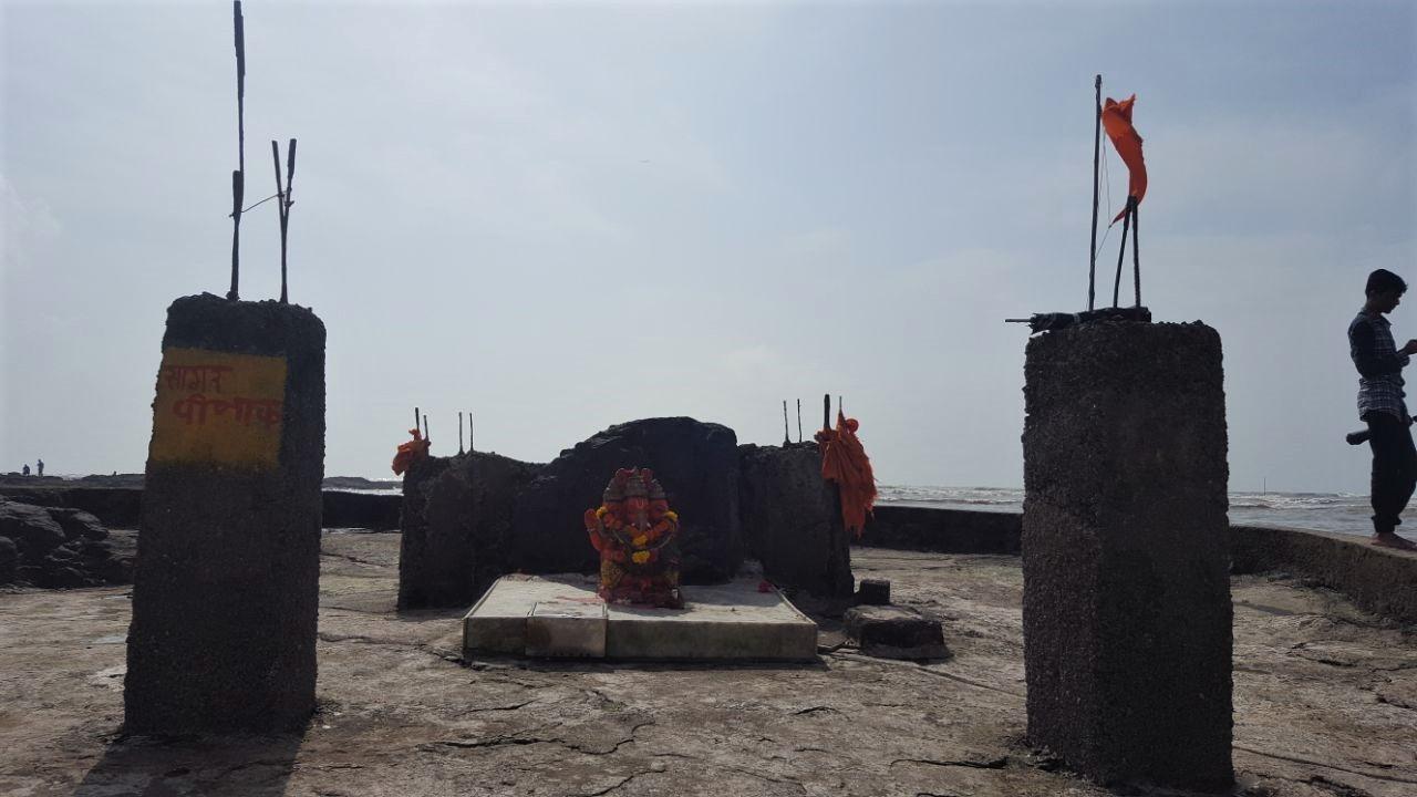 Ganesha Tempel in Bandra, Mumbai in einem Koliwada (ein zu Hause, dass sich dem Meer hin öffnet). Bei den Koli, dem indigenen Volk der Mumbaikar, diente die Fischerei dem Überleben, bevor sie in 1770 von der East India Company vertrieben wurden
