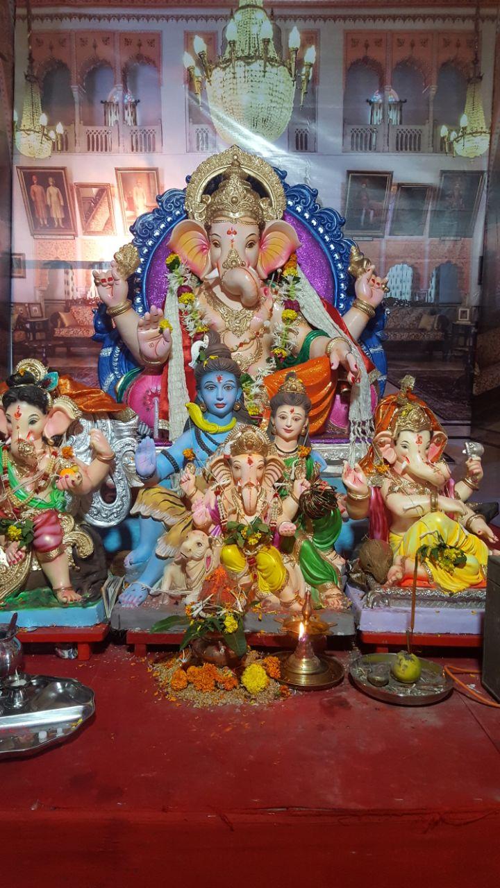 Beim Ganpati Chaturthi werden aus Lehm hergestellte Ganesha Götzen verehrt, die am letzten Tag in einem naheliegenden Gewässer versenkt werden