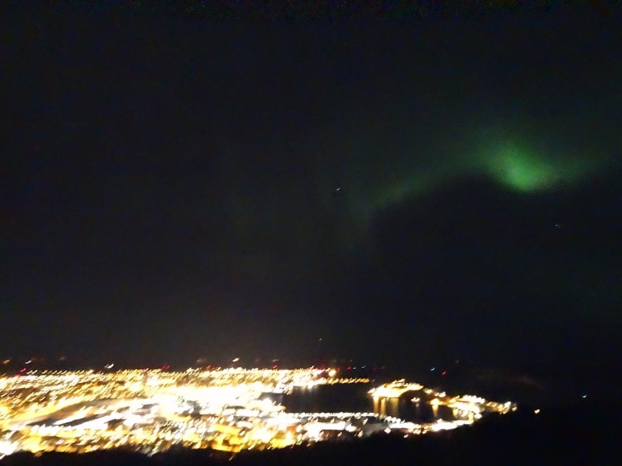 Blick über Bodø mit Nordlicht