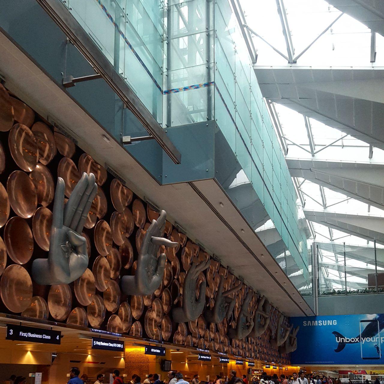 """Die größte Installation in Delhis Flughafen – Mudras sind Energie-lenkende Gesten und bedeuten so viel wie """"Das, was Freude gibt"""""""