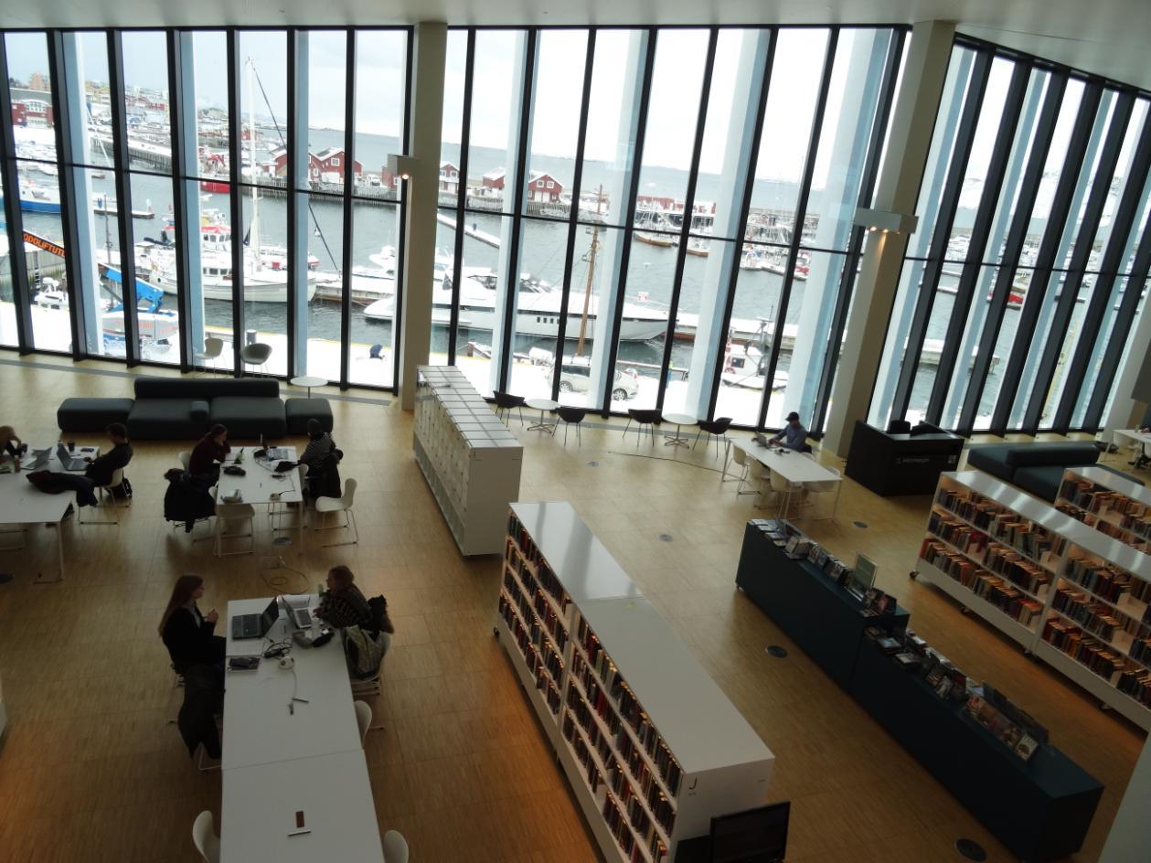 """Die Stadtbibliothek Stormen (""""Sturm"""") mit Blick auf den Hafen"""