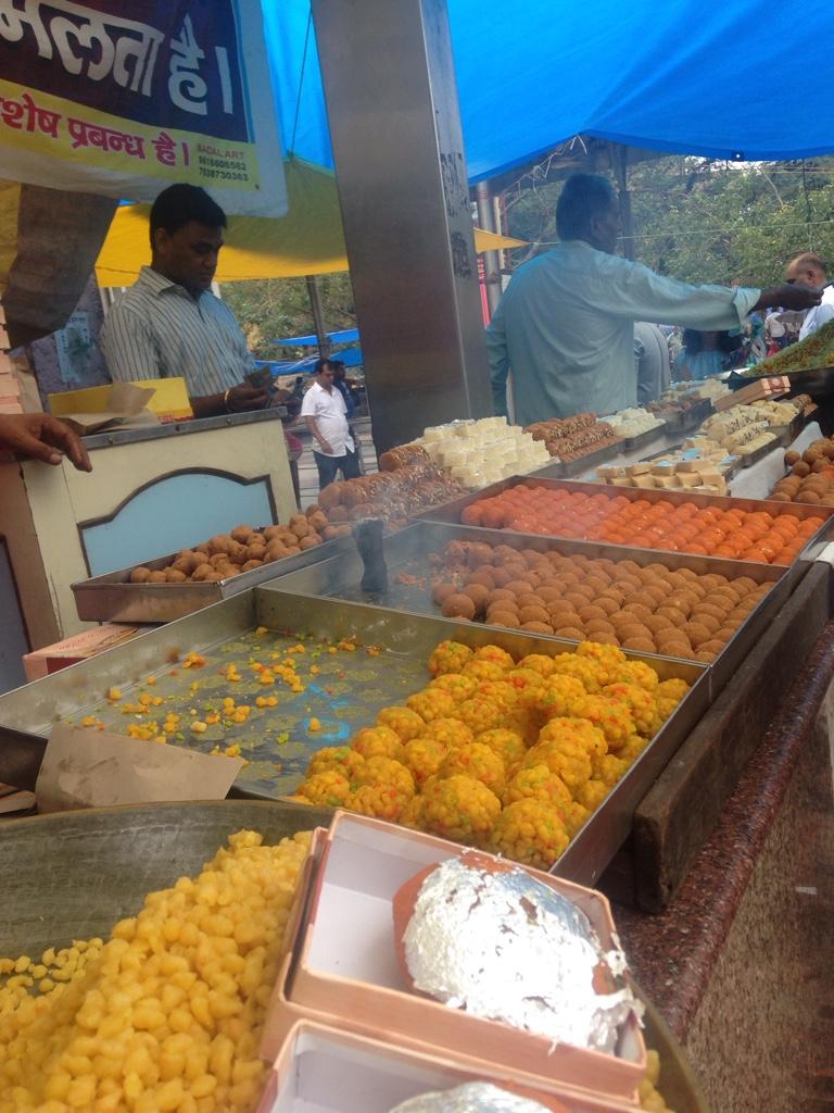Süßigkeiten vor dem Hindutempel