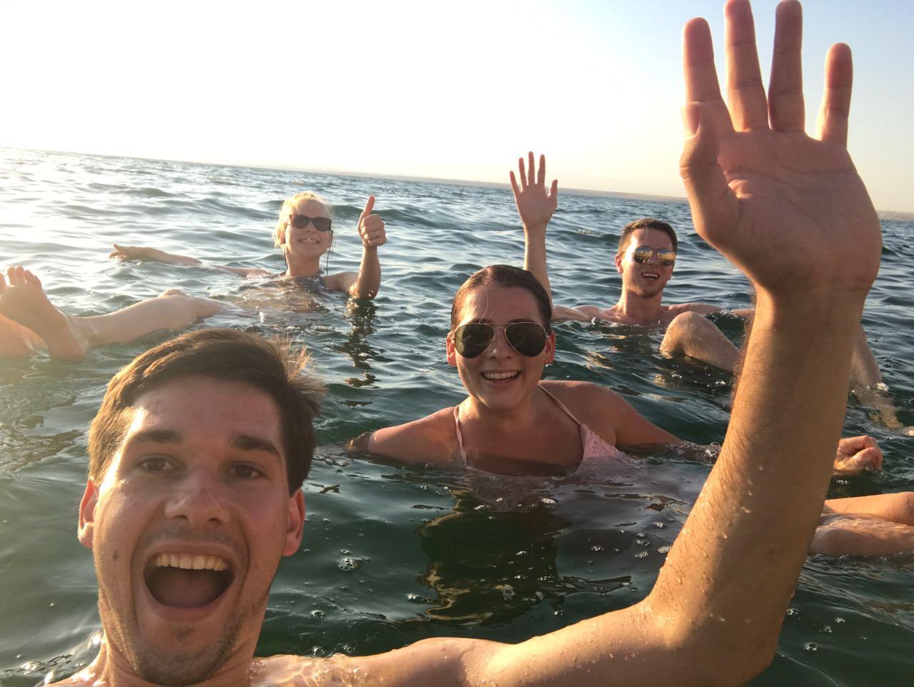 Mit dem Smartphone auf dem Wasser schweben
