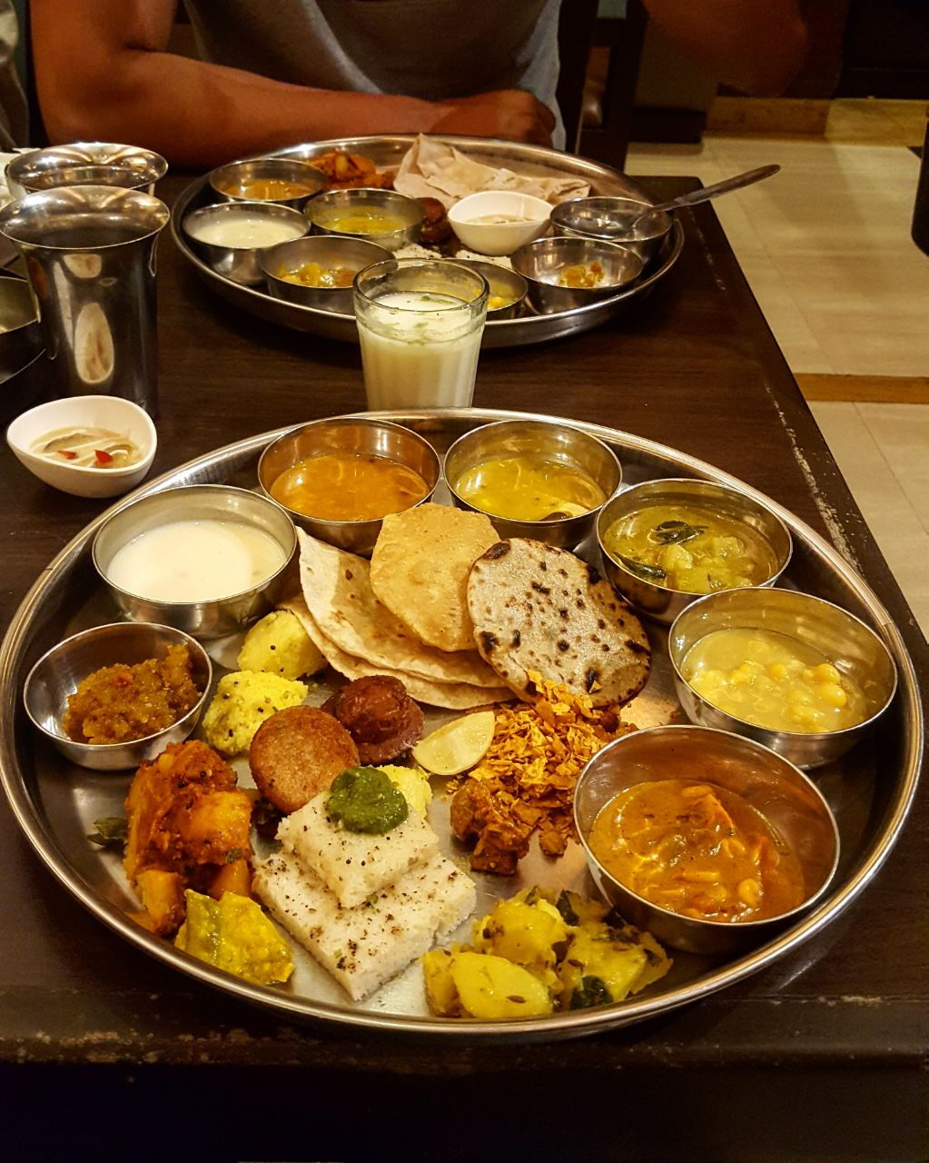 """Gujarathi Thali – eine Auswahl regional unterschiedlicher Speisen des Bundesstaates Gujarat, welches neben dem Rajasthani Thali zu den """"besten"""" Indiens zählt. Thali bedeutet wortwörtlich """"Platte"""", demnach eine Platte voller aussergewöhnlich leckerem Essen"""