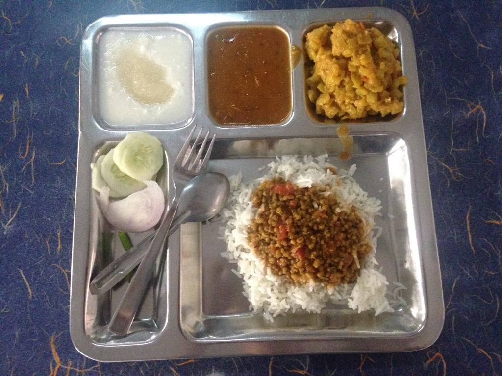 Mittagessen (die Schüler essen von solchen Tellern)
