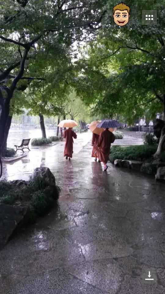 Buddhistische Mönche am wandern