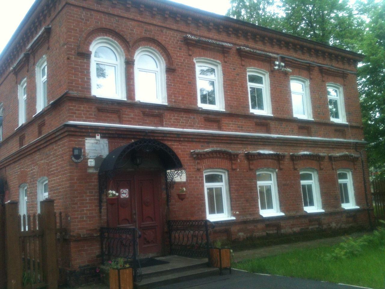 Остекление административного здания окнами ПВХ (арочного типа). Примерная цена 10 000 руб за одно окно