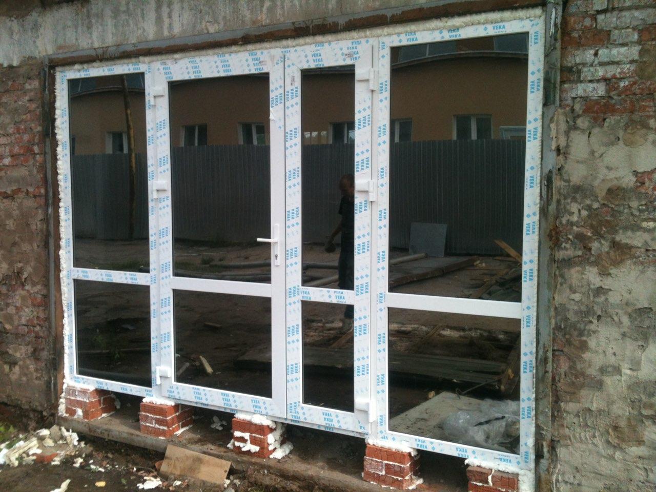 Пластиковая входная группа изготовленная из дверного профиля с тонированными двухкамерными стеклопакетами. Профиль ВЕКА . Общая стоимость около 49 тыс руб