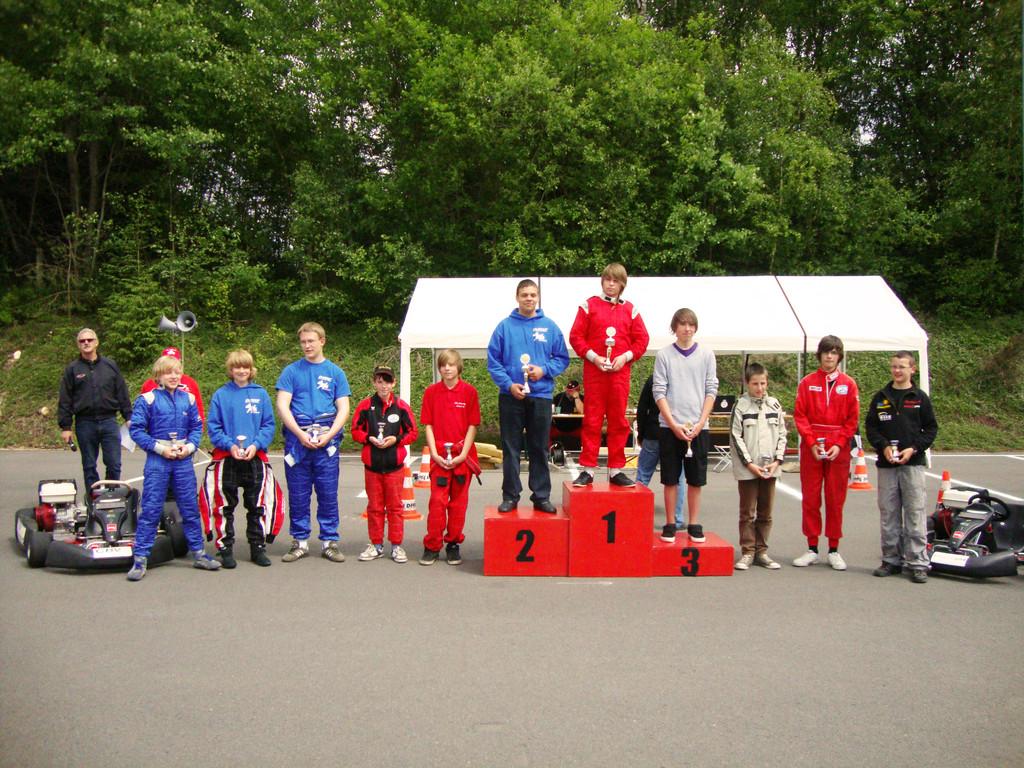 Siegerehrung Einzelwertung: Justin (4. v.l. bei den Fahrern): 12 Platz; Oliver Vogel (2. v.r.): 7. Platz