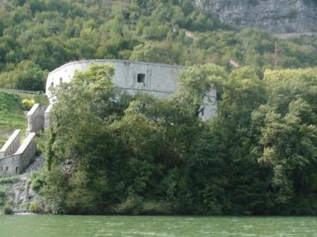 particolare Rocca d'Anfo vista dal lago (traghetto sul lago d'idro)