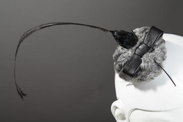 Hutmacherin Anja Kaninck / Fascinator · headpiece / Persianer · Ponpon · Federgesteck · Lederschleife / schwarz · grau / Bargteheide