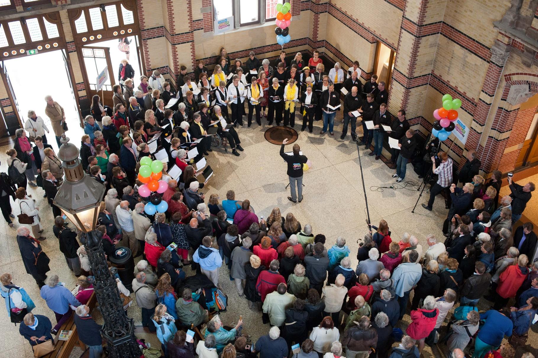 Met het Nederlands Kamerkoor, Zingen doe je samen, Stationshal Groningen, juni 2012
